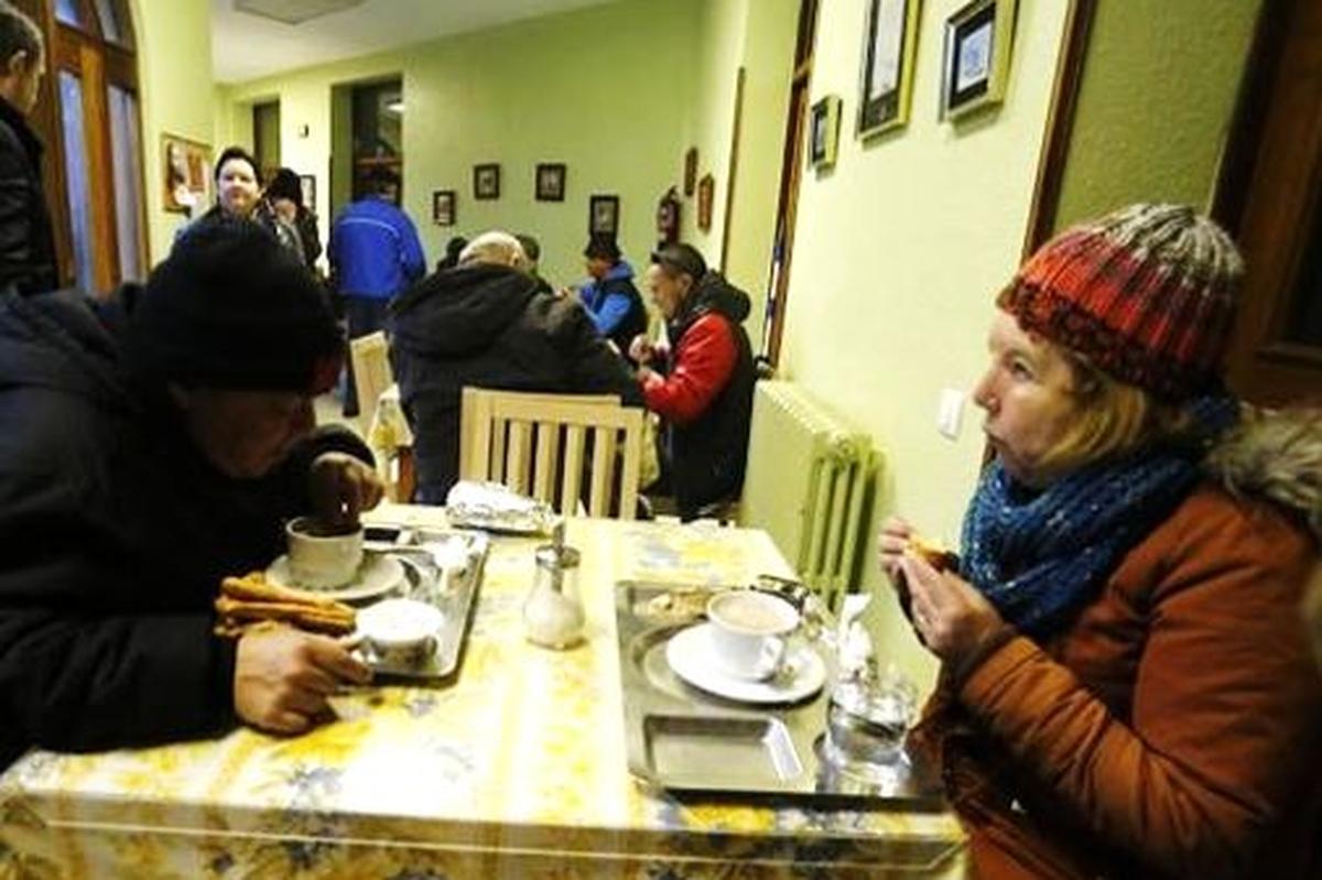 Entrega de regalos a personas sin hogar del comedor social
