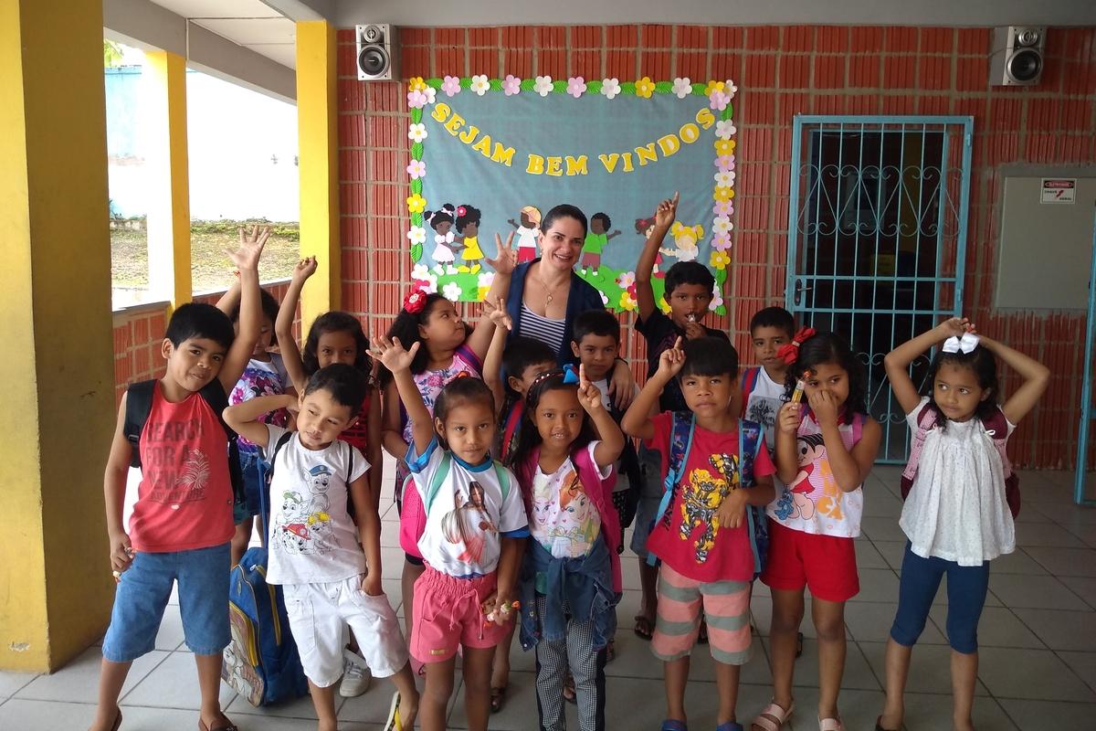 Leitura para crianças do Centro Social Roger Cunha