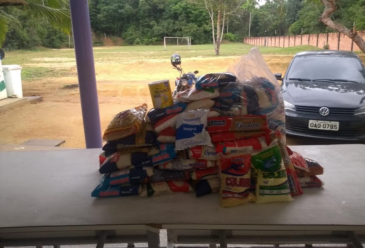 Entrega de alimentos não perecíveis no Abrigo Monte Salém