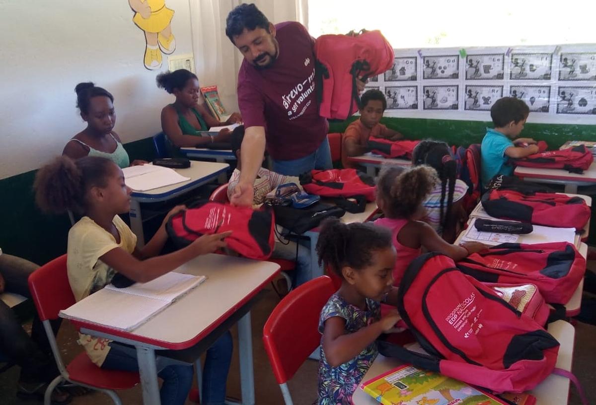 Entrega de kits escolares - Escolas Municipais PARANÃ