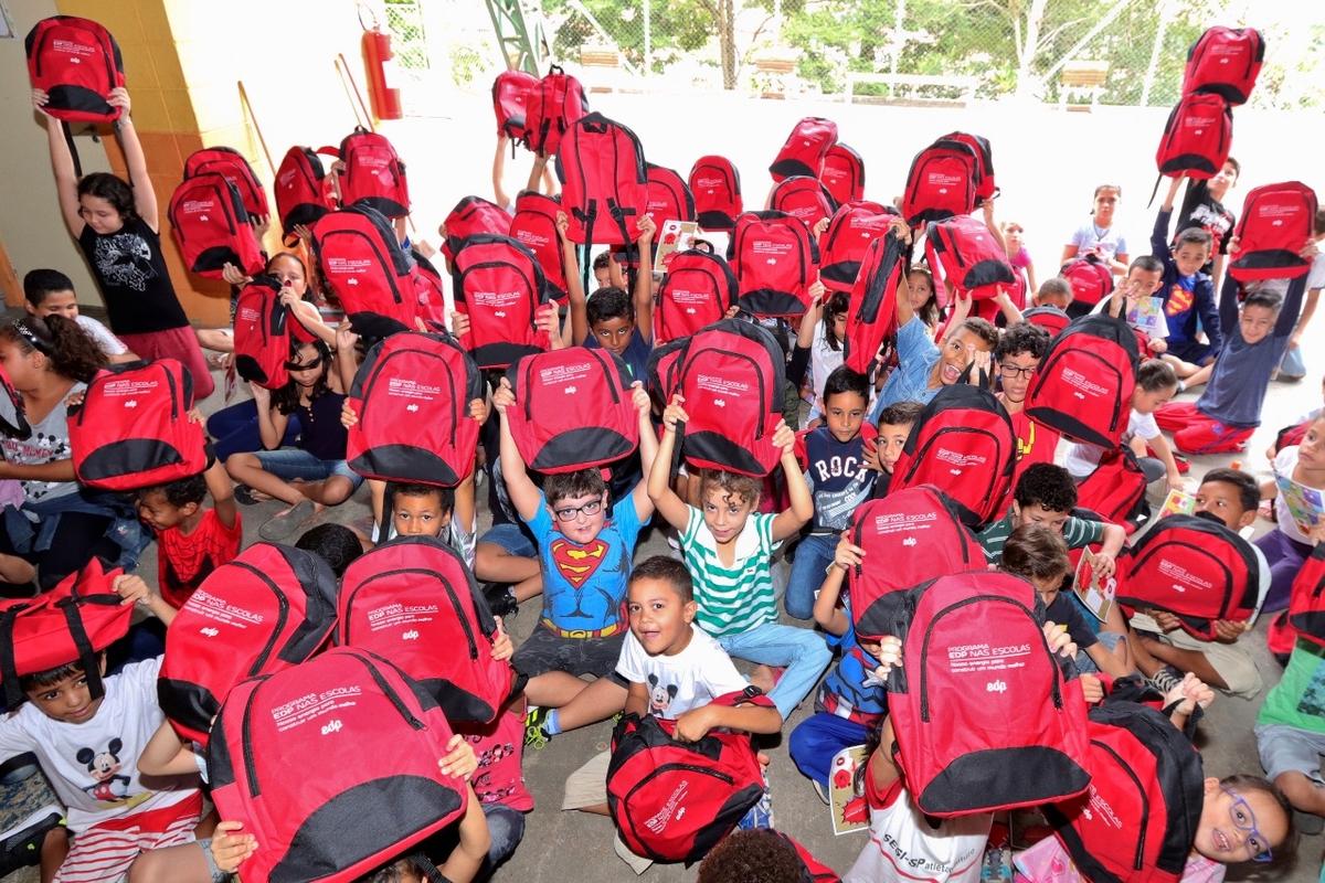Entrega de kits escolares -EMEF Profº Benedita P. A.