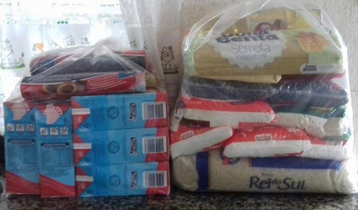 Doação de cesta básica e alimentos infantis para Gisele e família