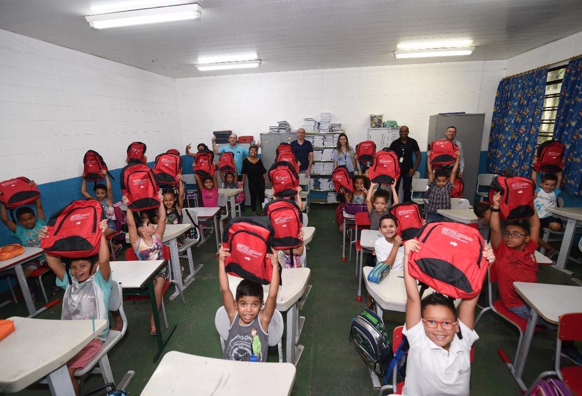 Entrega de kits escolares - APM EM João Marques