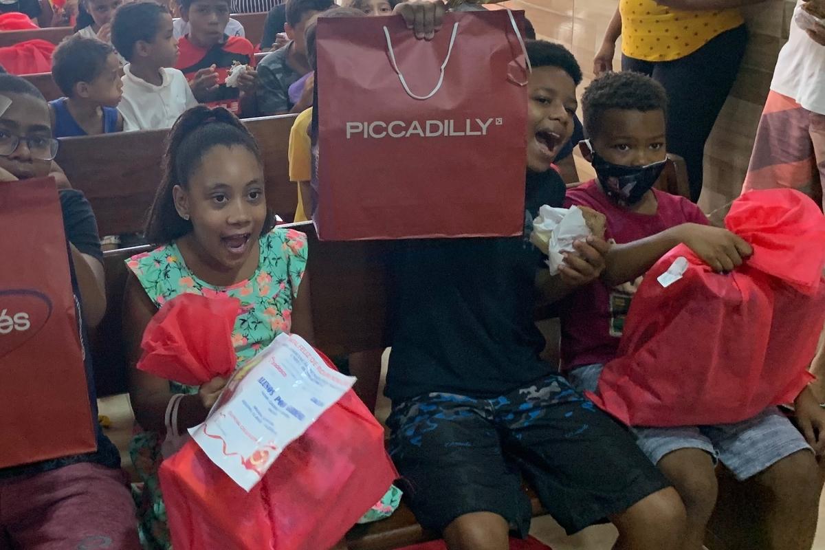 Doe agasalhos e roupas para as crianças carentes da Maré